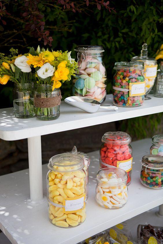 Bonbons dans bombonnières et bocaux